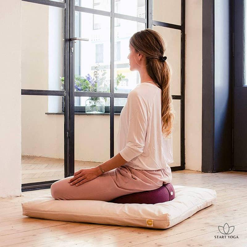 femme meditant sur coussin demi-lune de yoga zafu